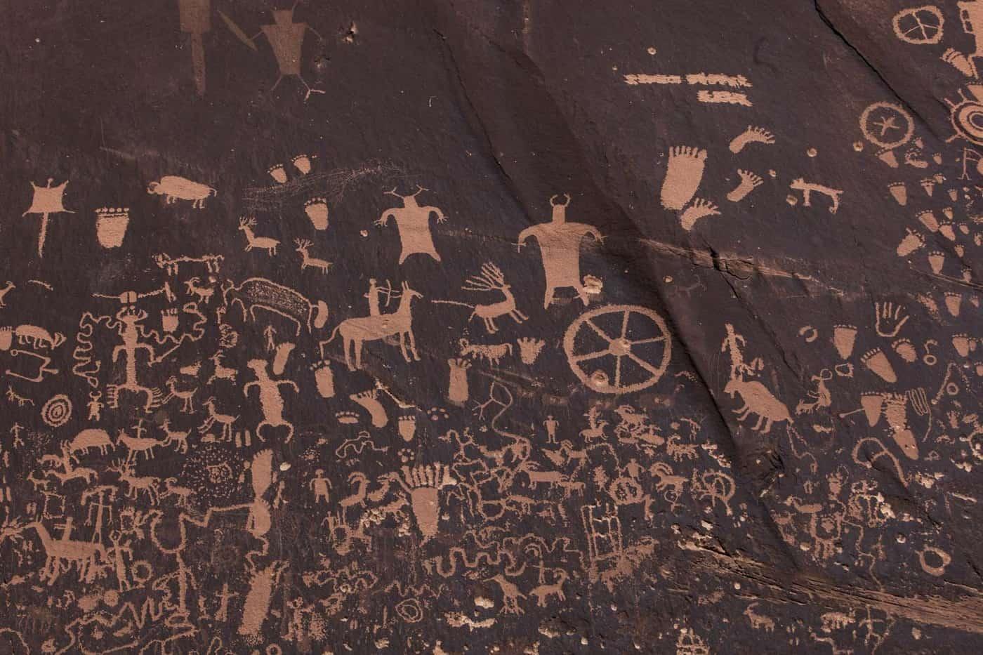 """Petroglifos que datan de 2000 años de antigüedad en """"Tse' Hone"""" (""""la roca que cuenta una historia""""). Territorio Navajo. Utah, EE.UU."""