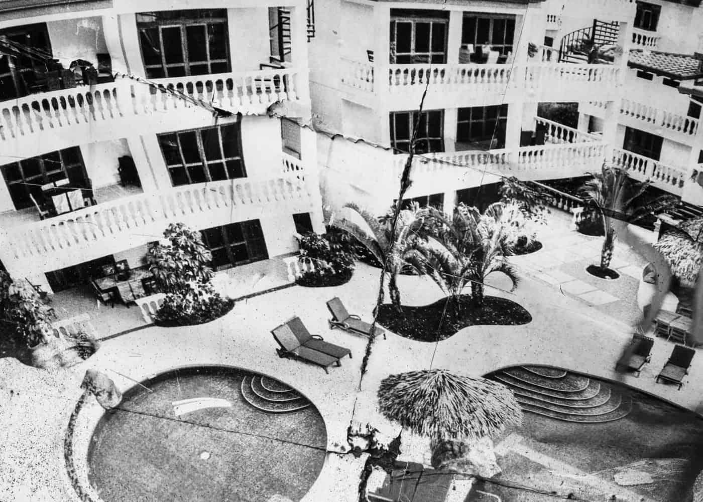 Después del 2008 con la crisis inmobiliaria en Estados Unidos, muchos megaproyectos se vieron frustados y hoy solo quedan las ruinas de lo que iban a ser edificios de habitaciones. Playa Jacó, Pacífico Central.